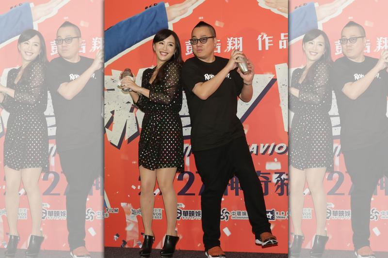 導演彭浩翔與女星陳靜為新片《恭喜八婆》來台宣傳,現場為媒體調製手搖珍奶,但陳靜的杯子卻發生漏奶慘劇。