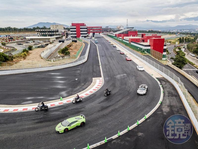 預計8月營運的台中麗寶賽車場主題飯店,客房窗戶就正對賽車跑道。(麗寶提供)