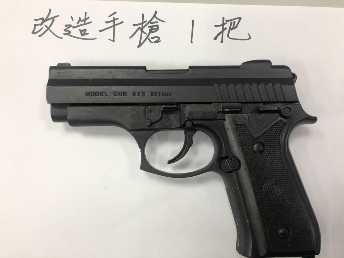 警方在吳女娘家起獲改造手槍、彈匣和5顆子彈。(翻攝畫面)