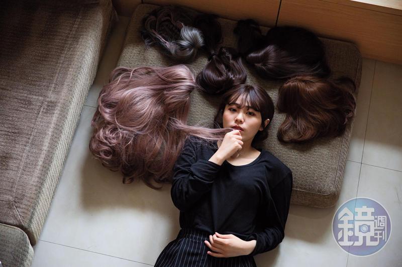 謝采倪罹癌後一度剃光頭,開始蒐集大量假髮,也因為遭遇不友善眼光,而開始唱嘻哈歌曲抒發心聲。