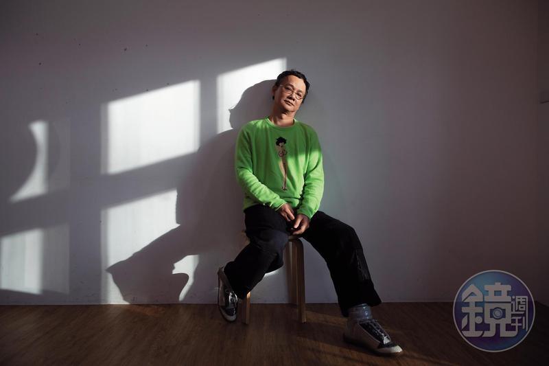 58歲的姚謙穿著一件裸女針織衫受訪,笑說:「故意挑件比較挑釁的毛衣,適合貴刊的風格。」
