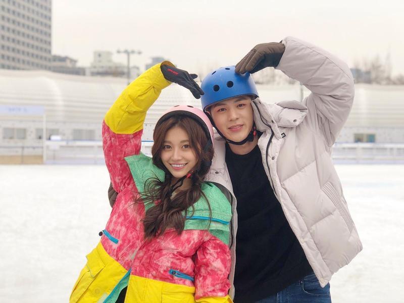 〈比心小幸福 〉MV導演設計劇情像少女漫畫的情節,小鈅和男主角在低溫中滑冰。(WEBTVASIA Taiwan提供)