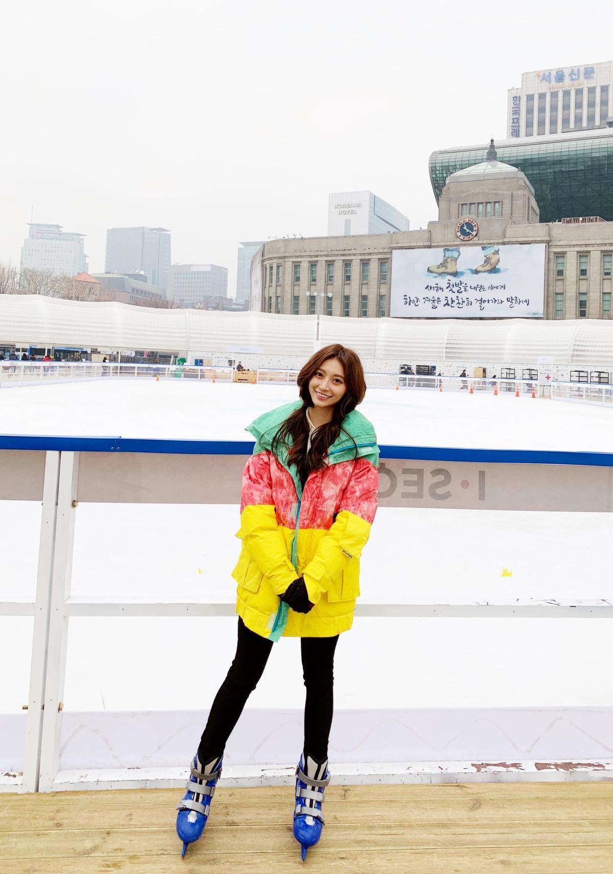 小鈅在等待時,因怕冷而跳來跳去暖身,仍凍到嘴唇發白。(WEBTVASIA Taiwan提供)