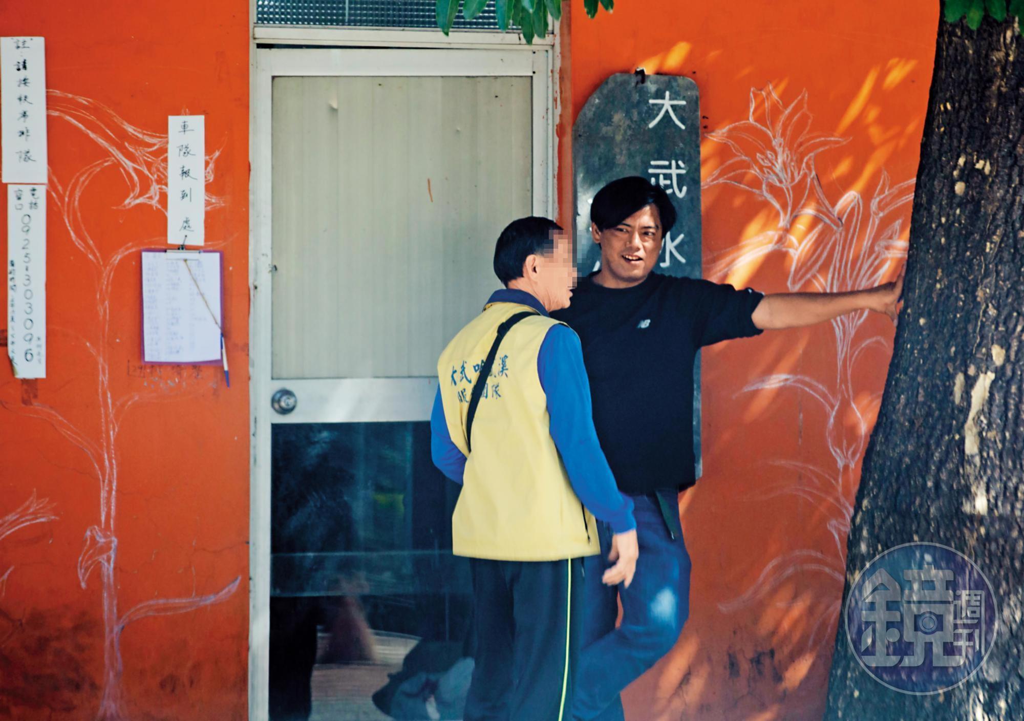 大武部落在大武國小設立接駁點,負責接待遊客的柯姓男子(右)。