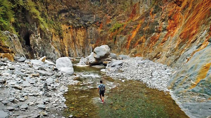 屏東霧台鄉深山中的哈尤溪溫泉以七彩岩壁聞名,絕景更奪下網路力推的「全台第一野溪祕境」。(翻攝自屏東國際觀光影片)