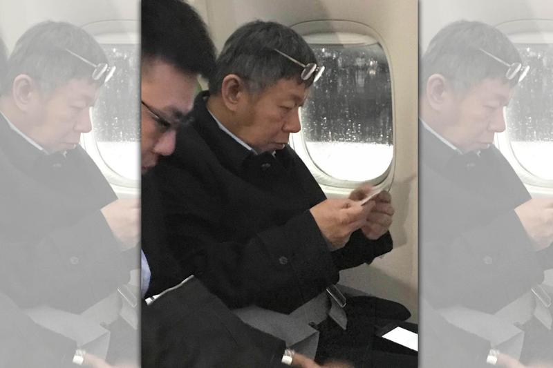 台北市長柯文哲出訪以色列,遭民眾野生捕捉搭經濟艙的畫面。(讀者提供)