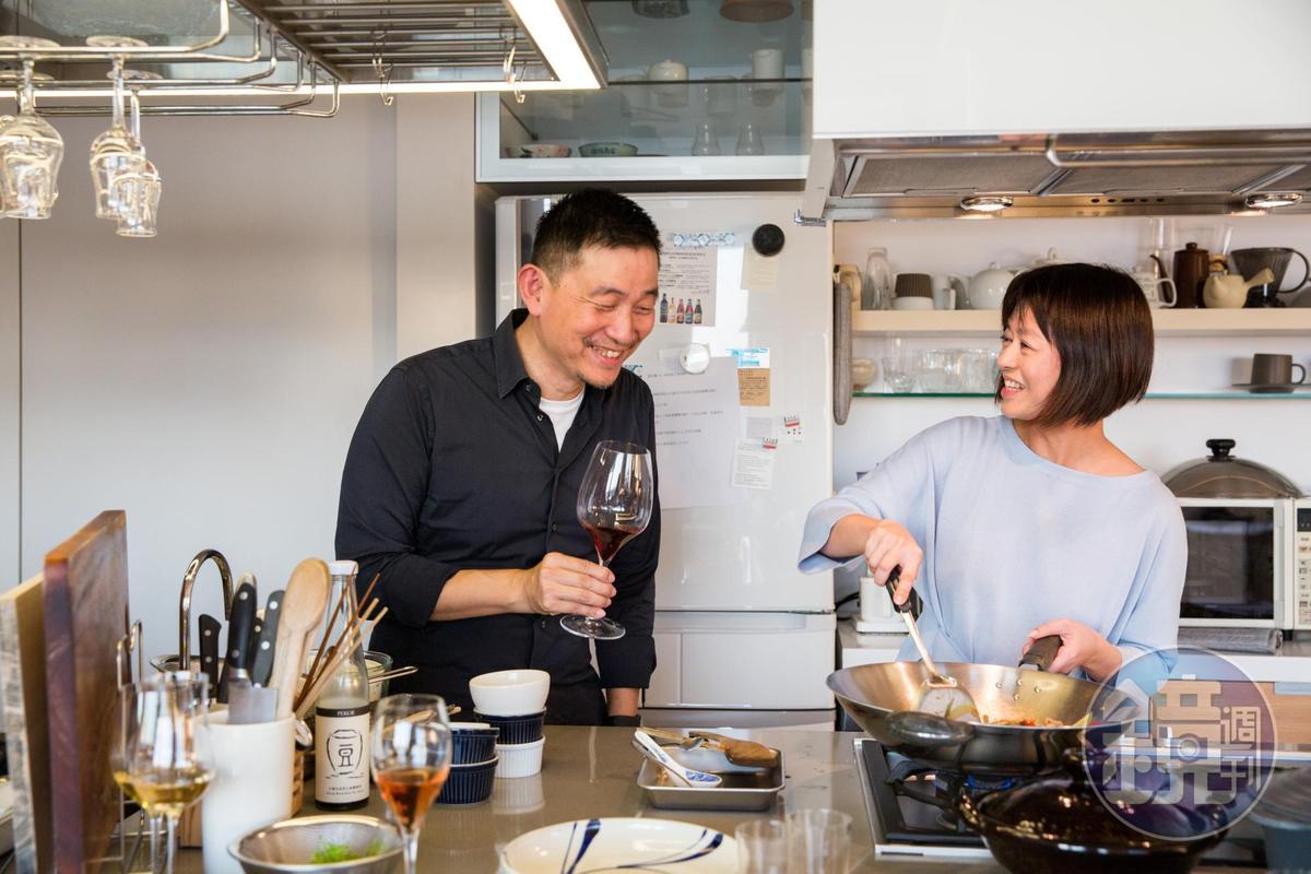 有會做菜的朋友最棒了!葡萄酒專家林裕森提著酒來「看著」好友葉怡蘭做菜。