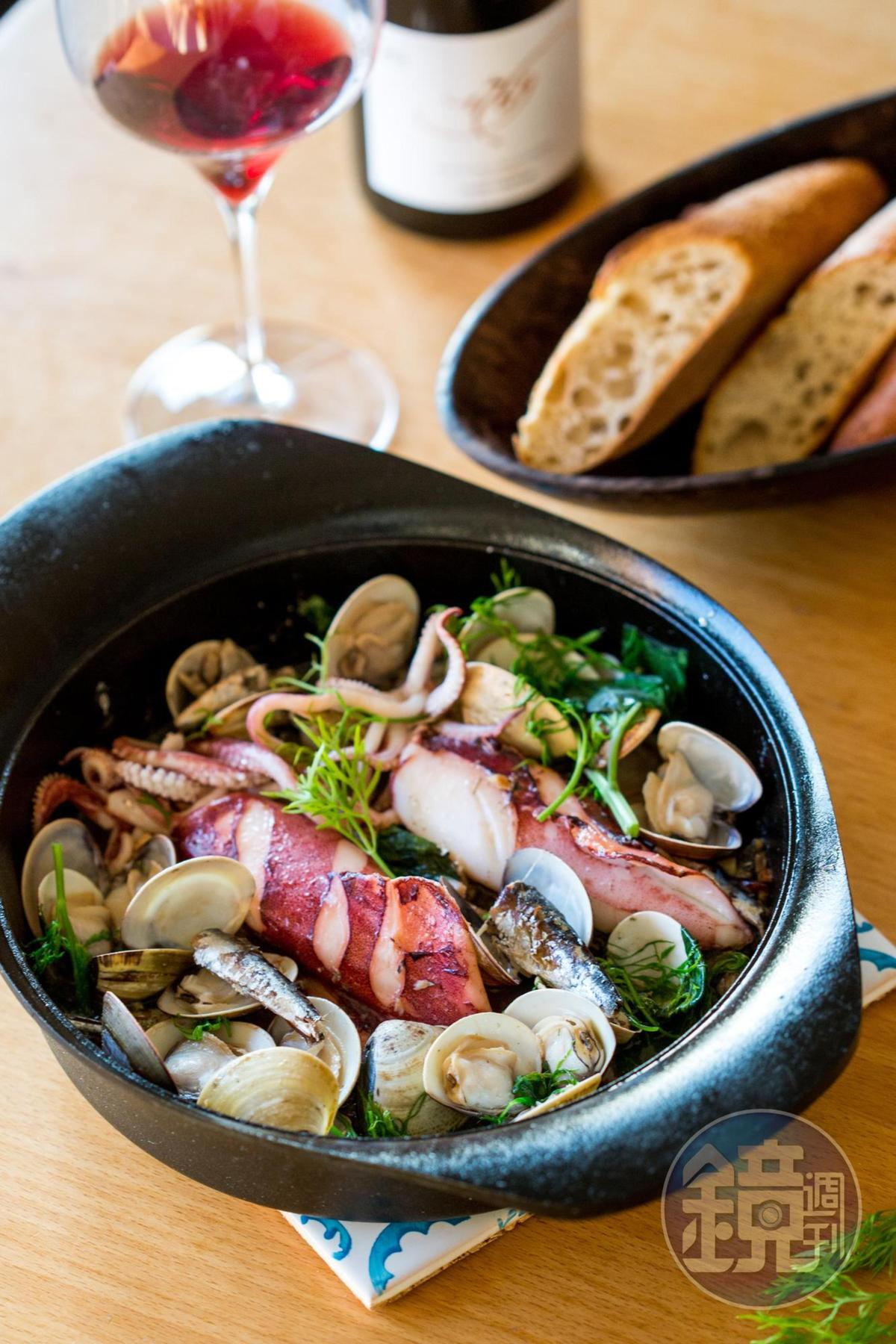 「油漬沙丁魚茴香燴海鮮」堆疊鮮鹹的海味。