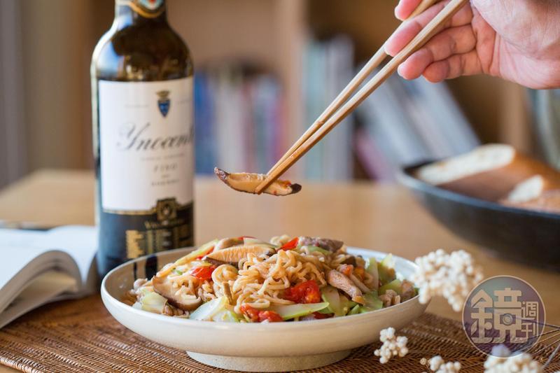 想為好友林裕森做一道他沒吃過的家常料理,府城女兒葉怡蘭端出有台南風味的「番茄豬肉香菇蝦米大心芥菜炒意麵」。