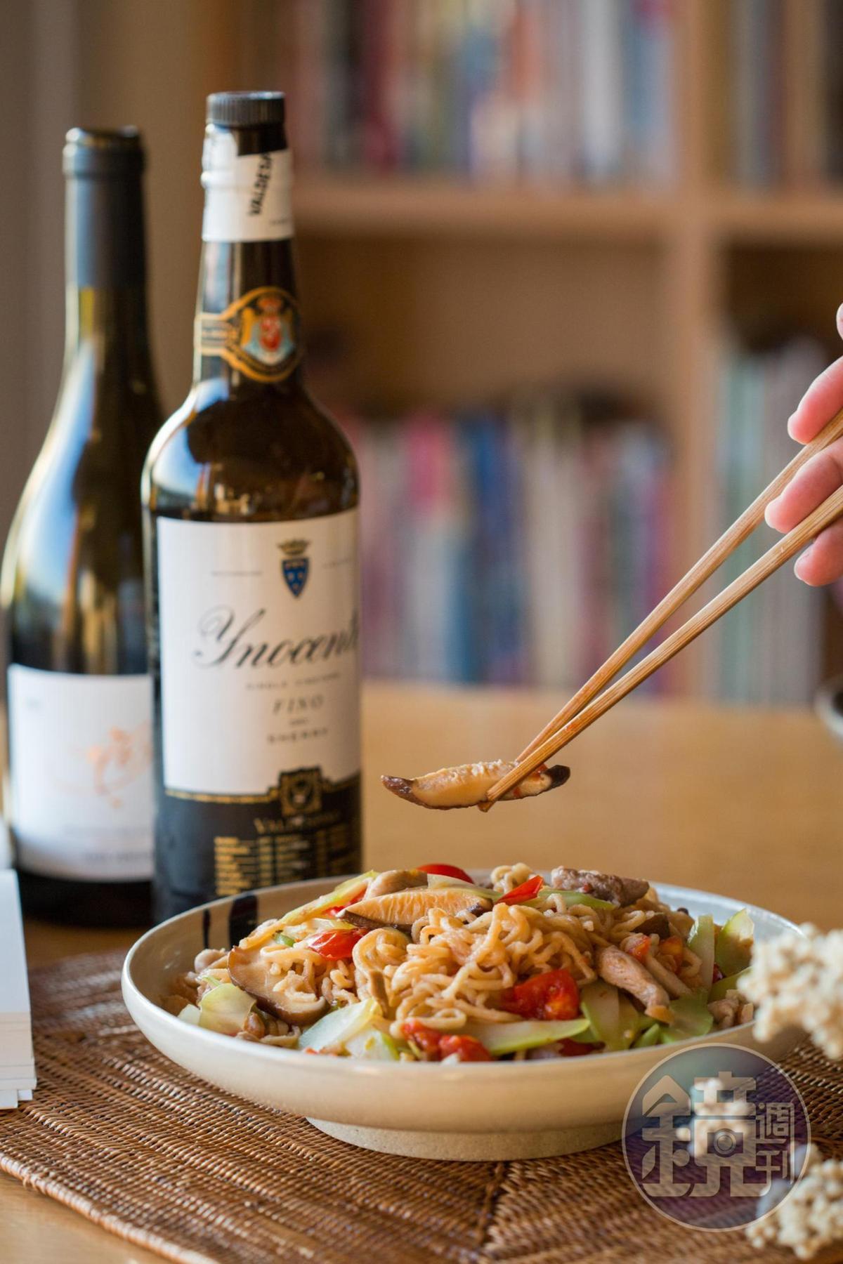 葉怡蘭端出有府城風味的「番茄豬肉香菇蝦米大心芥菜炒意麵」。