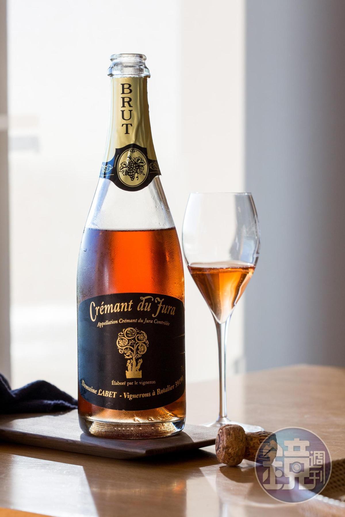 侏羅地區的粉紅氣泡酒「Domaine Labet, Crémant du Jura, Rosé, NV」,氣泡衝擊出討喜的草莓果醬和莓果酸度,風味升揚變化多端。(詩人酒窖,1,280元/瓶)