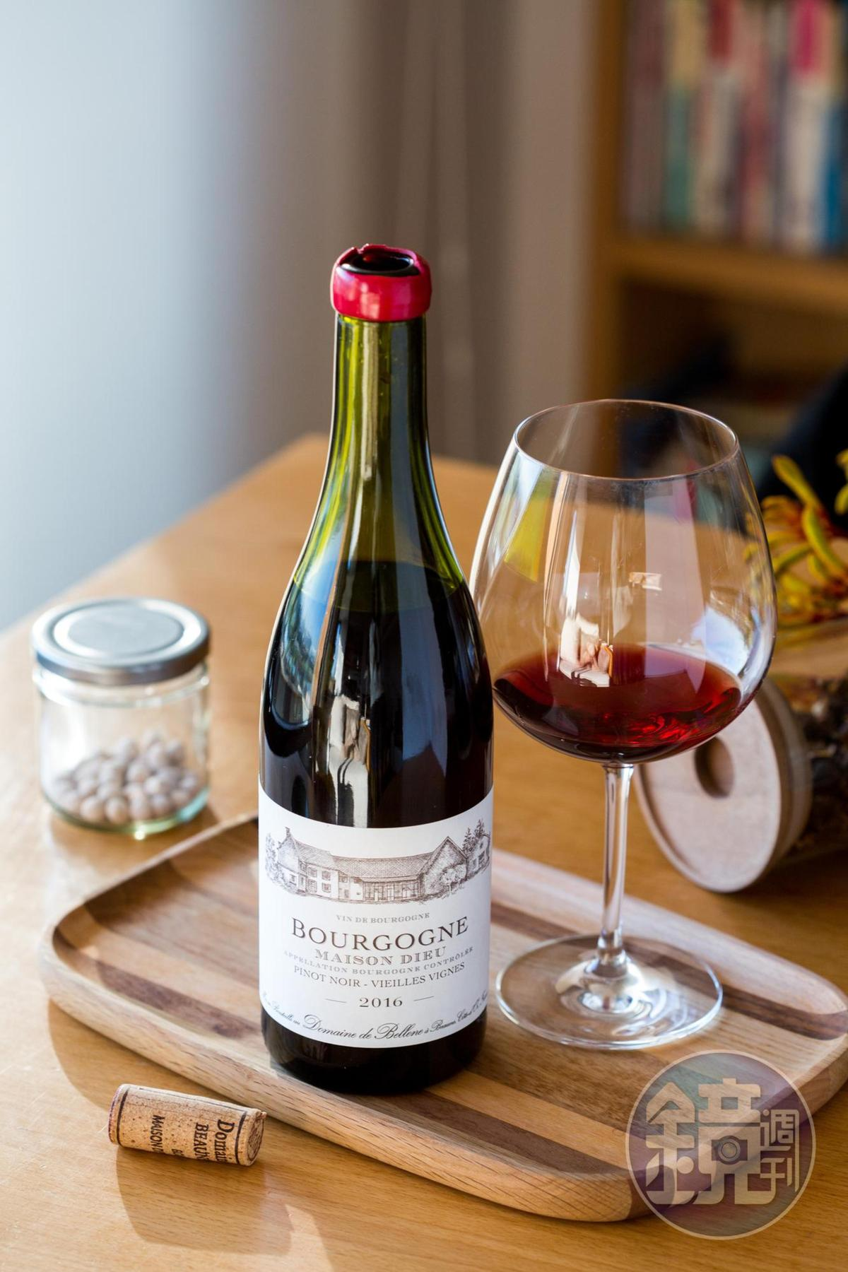 單寧平衡的「Domaine de Bellene, Bourgogne Rouge, Maison Dieu, 2016」,純飲佐餐都適宜。(創潮酒坊, 650元/瓶)