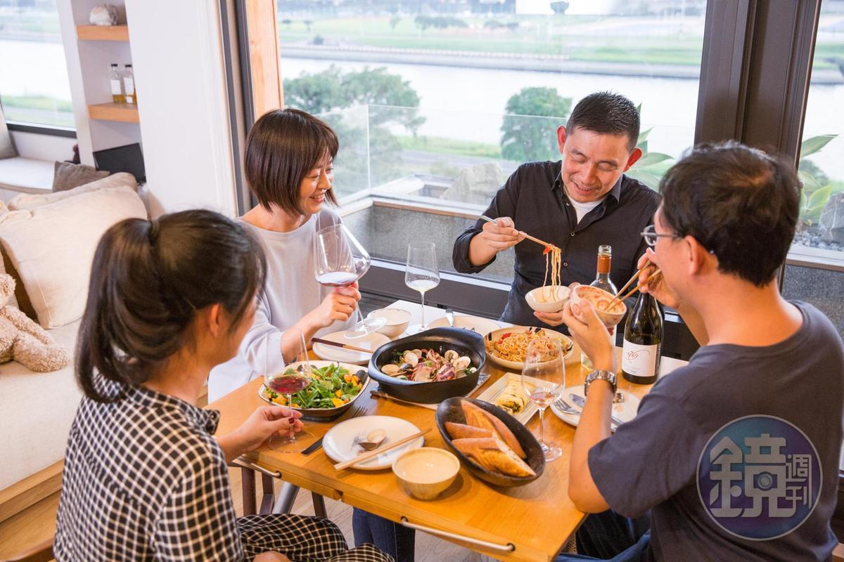 葡萄酒專家林裕森(右2)「清酒櫃」,搭配作家葉怡蘭(右3)「清冰箱料理」,讓日常餐桌也有驚喜。