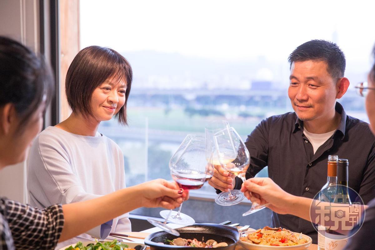 有老交情的葉怡蘭(左)和林裕森(右),在餐桌上以酒菜對話,時有火花。