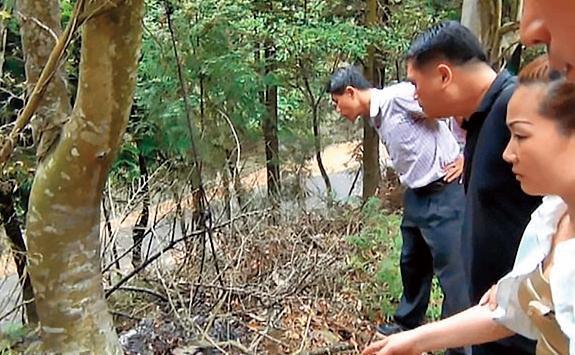 黃靖雯(右)坦承犯案,帶領警方到棄屍、焚屍地點,才找到殘缺燒焦的屍塊。(翻攝畫面)