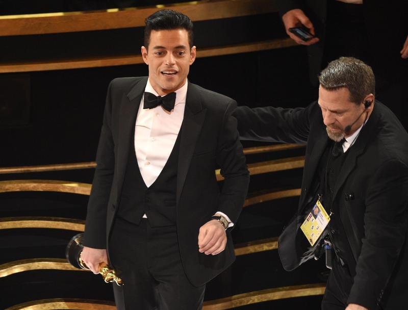 雷米馬利克從舞台上直接摔到觀眾席,被工作人員扶起來,要他坐下來。(東方IC)