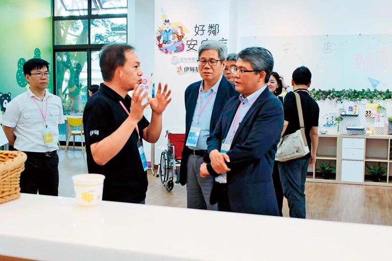 黃琢嵩(左)擔任伊甸基金會執行長,對參訪來賓說明基金會的運作情形。(翻攝伊甸基金會臉書)