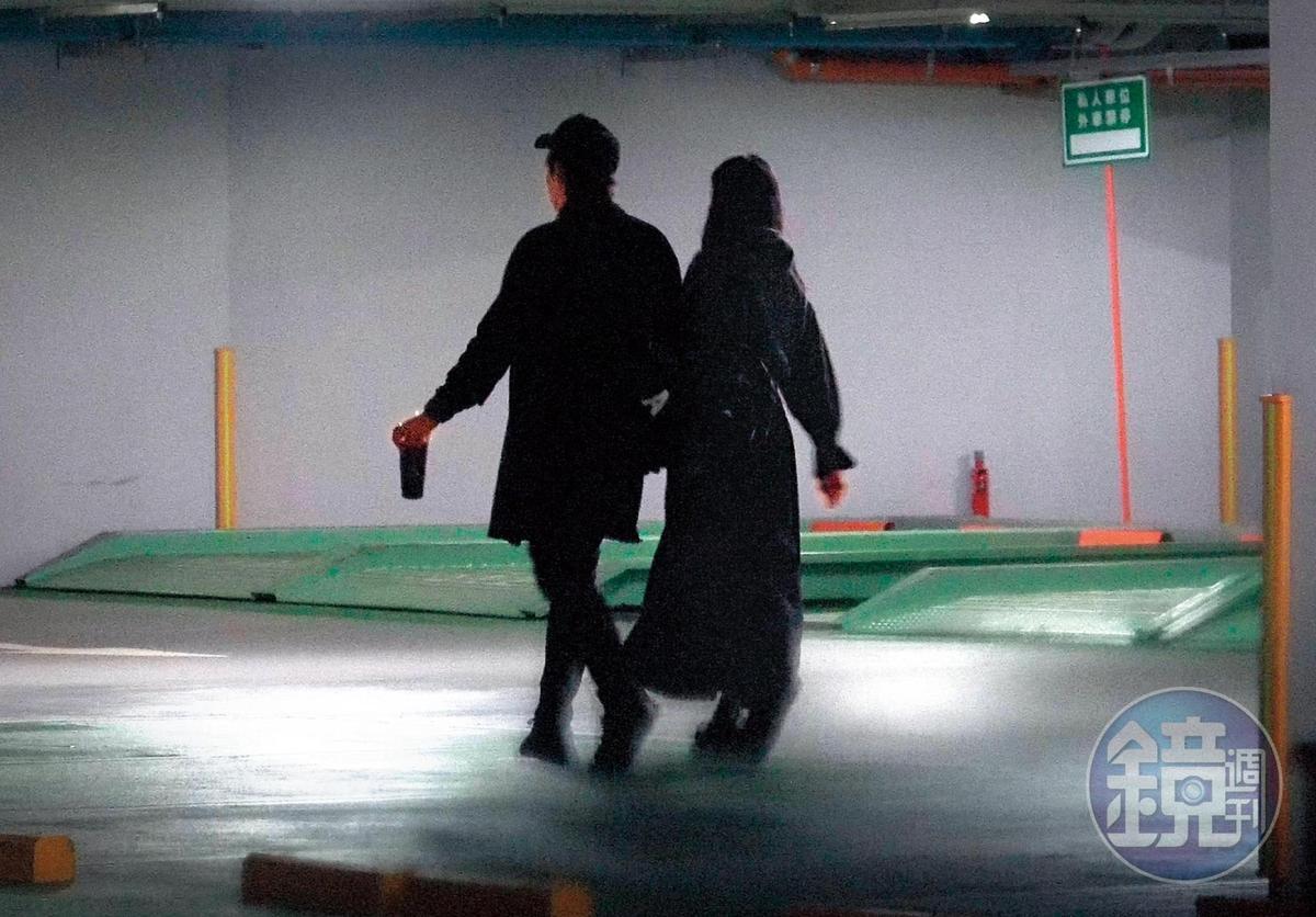 23:33,倪安東跟管罄身高、體型頗為相襯,還有默契地一身黑衣,似乎是想在公共場合裝低調。