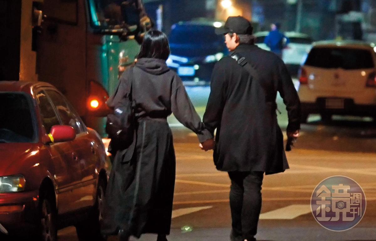 23:41,將座車停在八德路巷內後,倪安東與管罄十指緊扣準備返回愛巢。