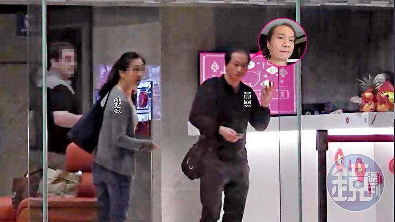 2/3 21:58 黃男與林女走進溫泉飯店大廳後,2人不時觀望外面,警覺性相當高。