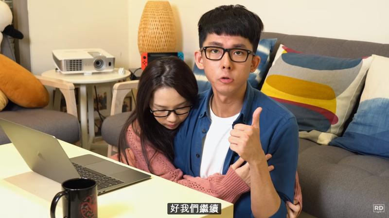 說到經營Youtube的為難處,滴妹心疼地抱住哥哥阿滴,拍拍他給予安慰。(阿滴英文Youtube)
