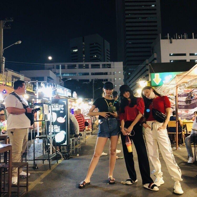 子瑜在泰國和團員們一起逛夜市。(翻攝自Twice IG)