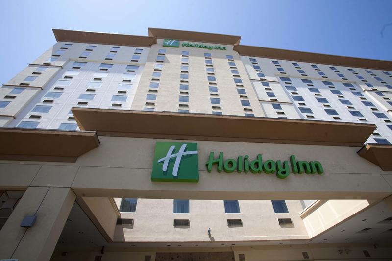 美國德州一名六旬老先生選住連鎖的假日飯店,愜意度過退休生活。圖為位於洛杉磯的假日酒店。(東方IC)