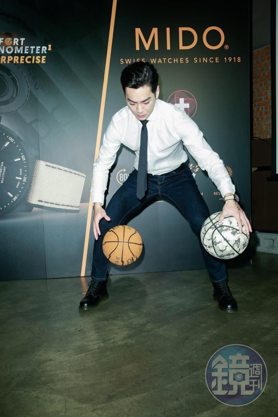 念書時曾是籃球隊隊長的禾浩辰,在記者會現場秀了一手花式運球。