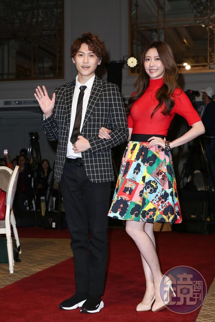 邱宇辰(左)與張景嵐盛裝出席首映記者會。