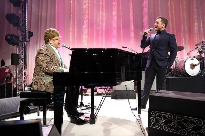 在《火箭人》片中飾演年輕版艾爾頓強的泰隆艾格頓(右),在本尊的伴奏唱,現場即席合唱他的代表作〈Tiny Dancer〉。(UIP提供)