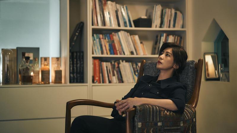 《我們與惡的距離》女主角賈靜雯劇中走不出喪子悲痛,每天靠酗酒來麻痺自己。(公視提供)