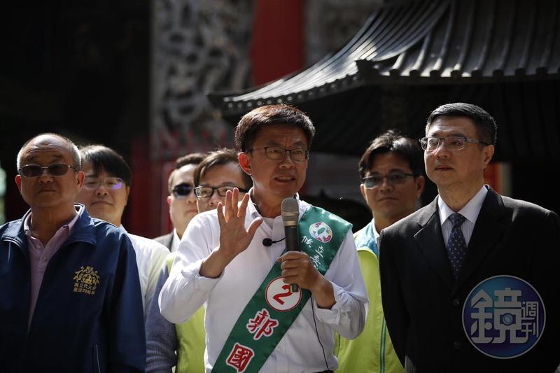 民進黨台南市立委補選候選人郭國文(中)說有3陣濃霧掩蓋著他的選情。