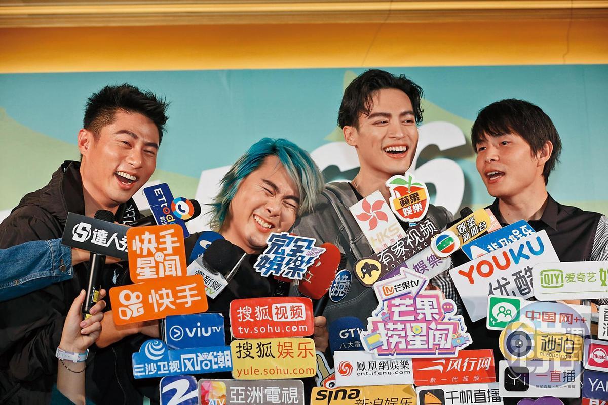 小巨蛋演唱會上5566拚了老命演出,王仁甫(左2)開唱沒多久就重摔,搶版面第一。