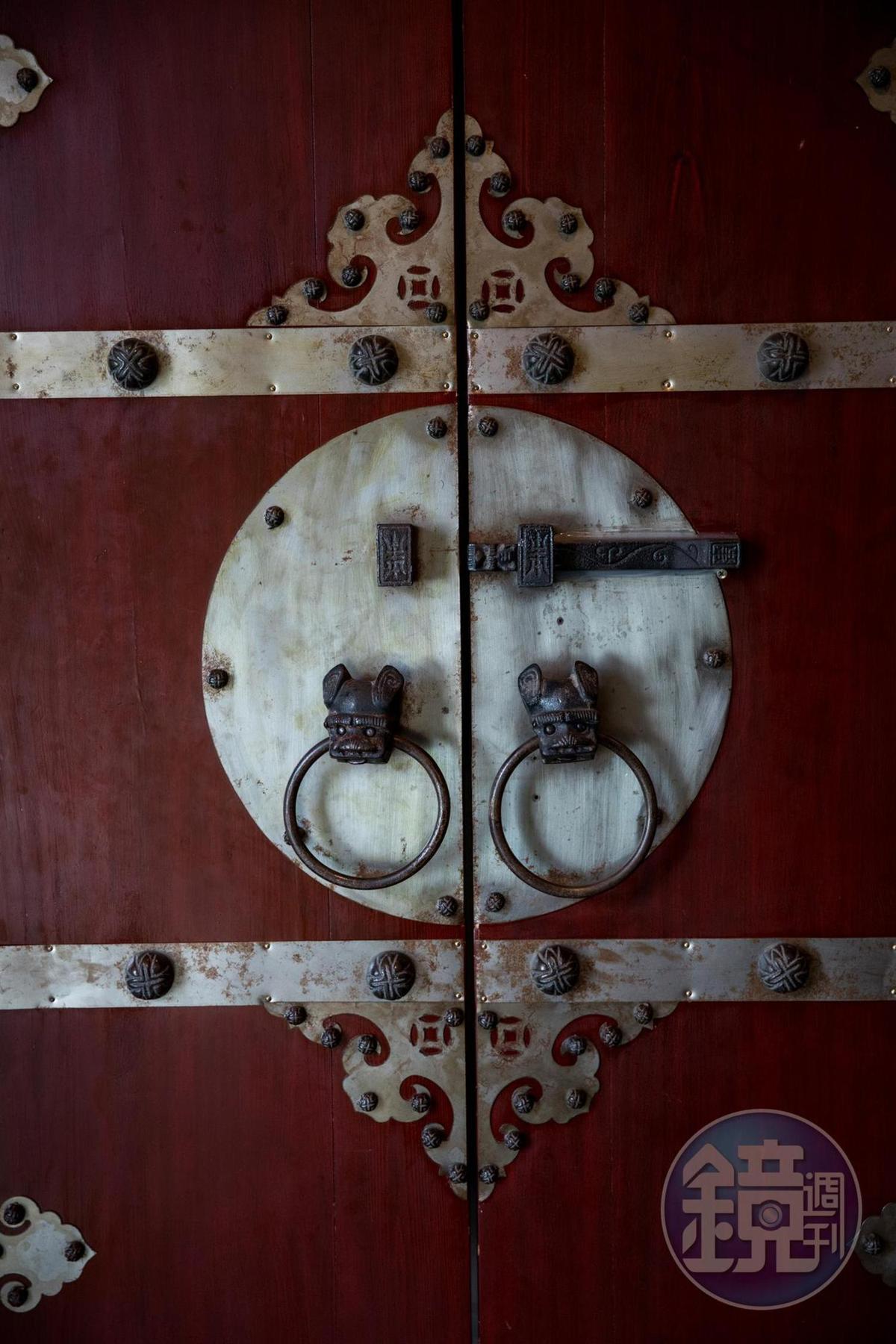 「V3登機門」的入口使用厚重的中式山西大門,讓人想推開一探究竟。