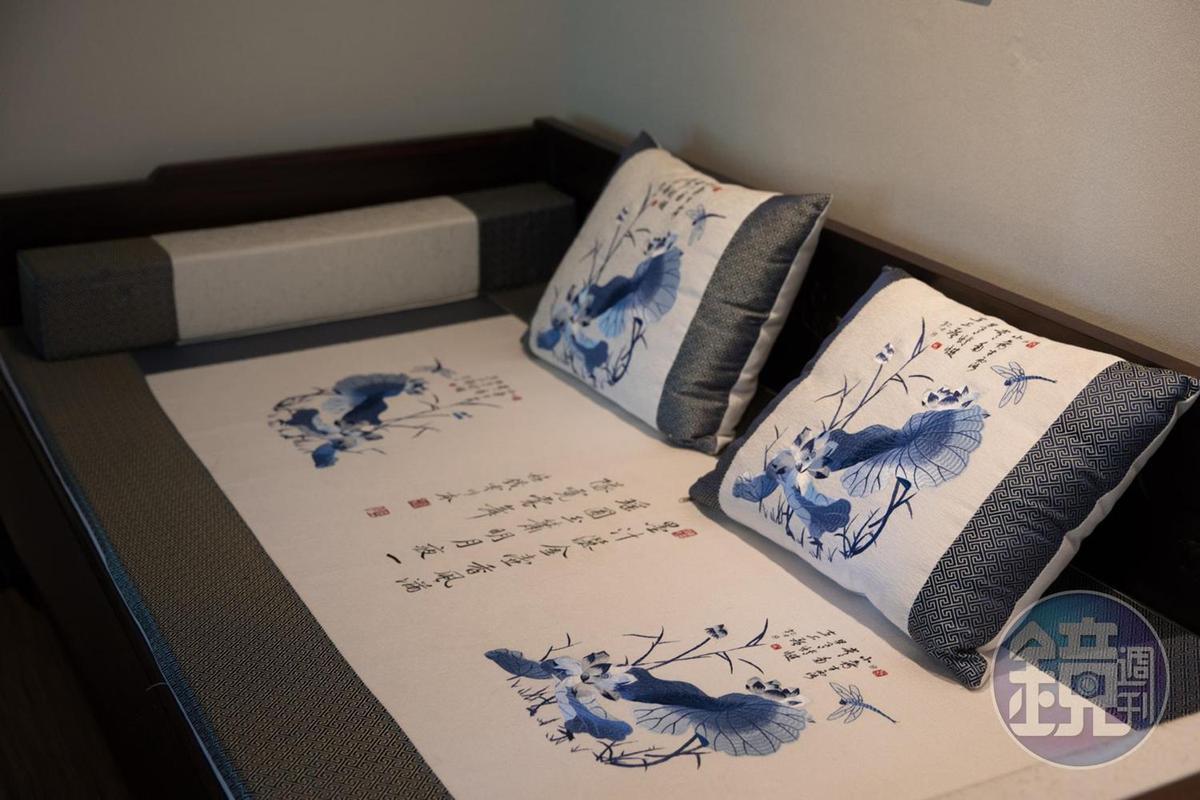 以藍白絲線交織的沙發枕頭套,突顯優雅的住宿氣氛。