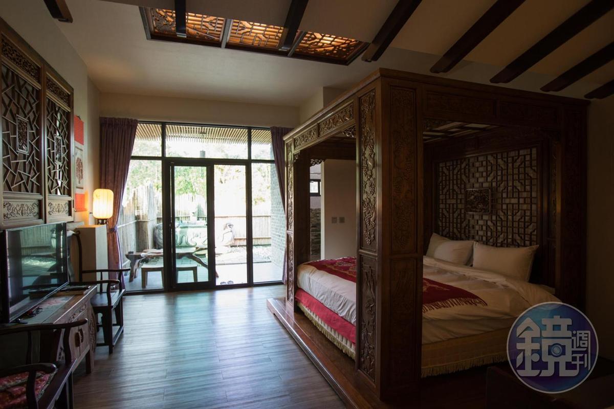雕滿吉祥圖騰的龍柱床,展現皇室中國風,特別受到西方住客喜愛。