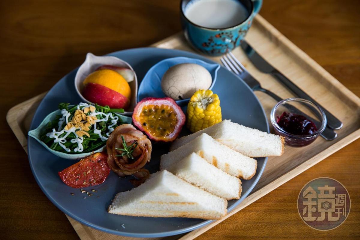 每天早晨會由林冠妘取自在地小農食材製作的早餐。