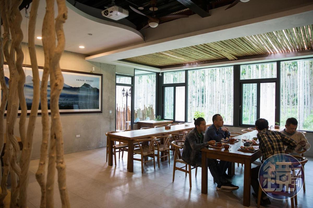 寬敞的餐廳也能當做小型的簡報室。