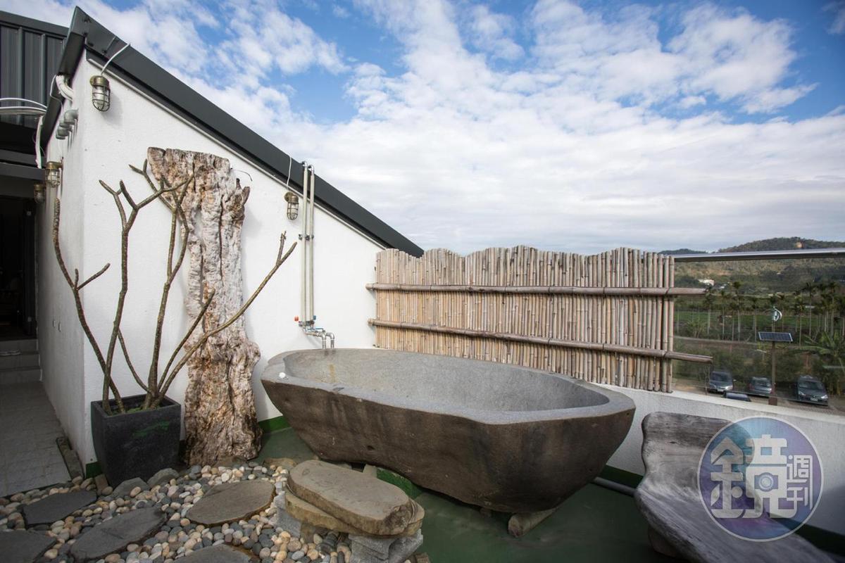 走出陽台還有空間私密卻能擁抱藍天與田園風光的浴池。