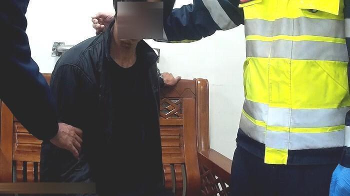警方將意圖自殺的詹男帶回警所保護管束,並安撫情緒。(警方提供)