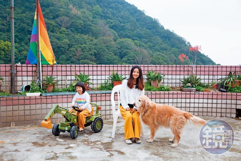 劉欣宜最近搬家了,她和先生希望給孩子綸綸(左)足夠的成長空間,透天的屋子位於山區,有個大大的陽台,孩子和狗狗都能自在奔跑。