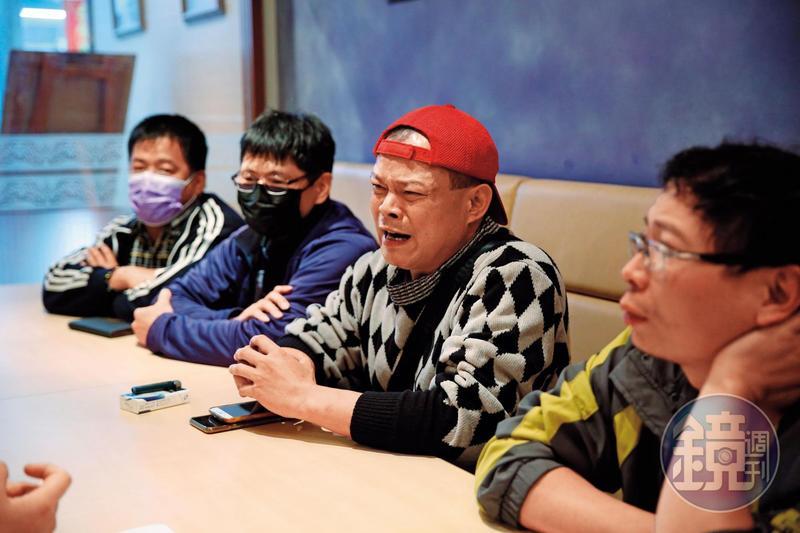 林先生(右2)、賴先生(右)等人出面控訴,遭婚姻媒合協會詐婚的經過。
