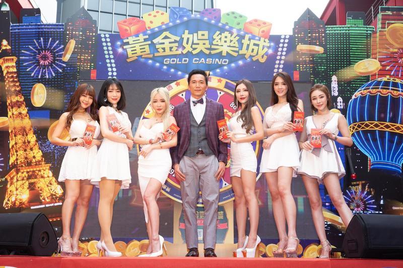鄒兆龍2日來台為博弈型手遊《黃金娛樂城》代言,搭配一群性感女郎走紅地毯。(齊石傳播提供)