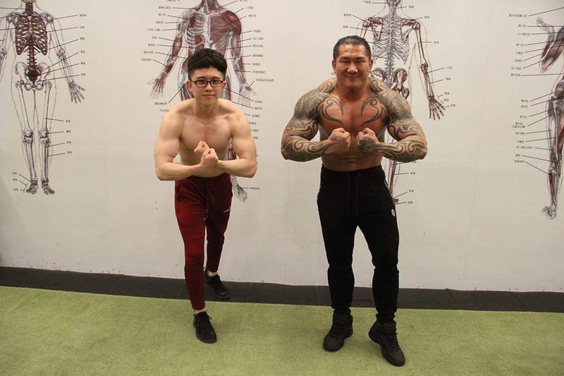 館長跟孫安佐兩個話題人物昨晚首次合體直播,兩人開播前比肌肉,大秀身材。(翻攝自飆捍臉書)