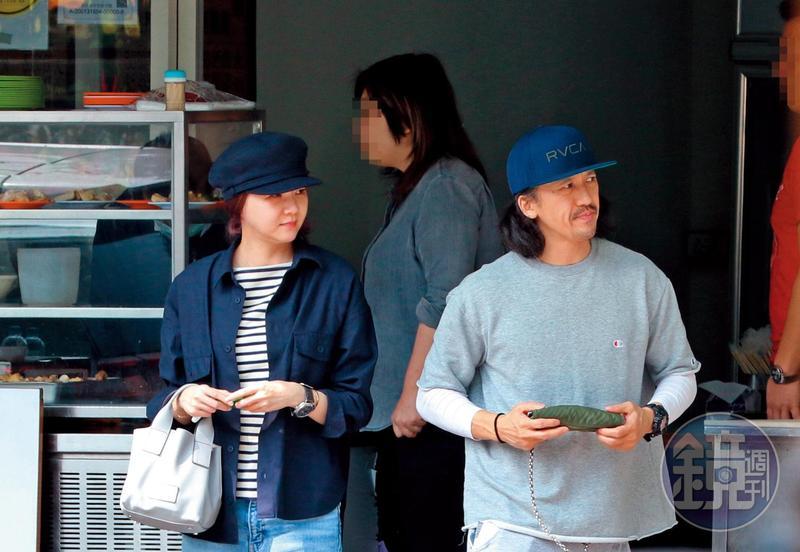 2月21日 13:27 雖然沒太多親密互動,但花花(左)仍和陳熙(右)一起戴藍色帽子出門。