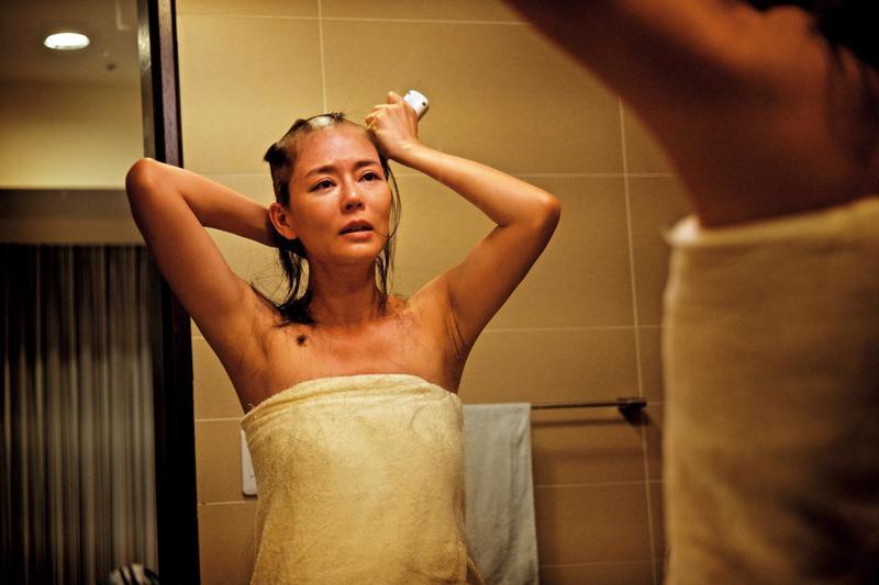 劉香慈在產後復出的電影《乳.房》飾演乳癌患者,導演以一鏡到底方式記錄她接受化療前的剃頭過程。(可樂電影提供)