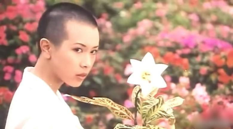 莫文蔚當年為周星馳電影《整鬼專家》結局幾個短短鏡頭剃了光頭演出,算是當年相當大膽的決定。(翻攝電影畫面)