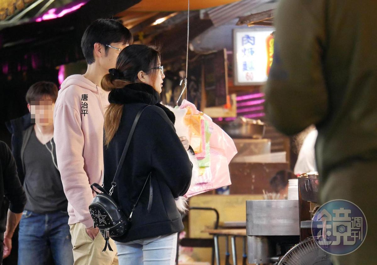 2月17日00:06,唐治平(左)和眼鏡女居家打扮出現在夜市買宵夜。