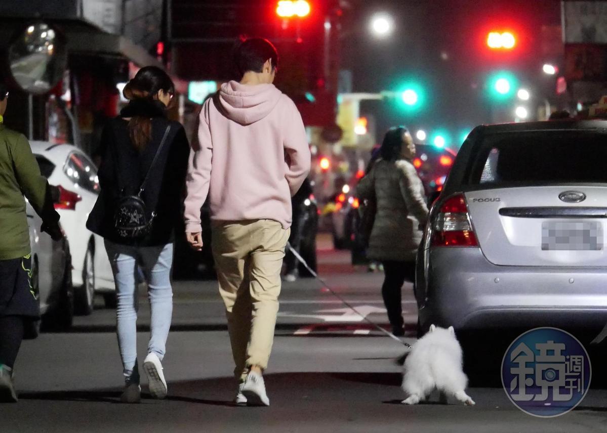 2月17日00:15,逛完夜市,唐治平牽著狗狗散步。