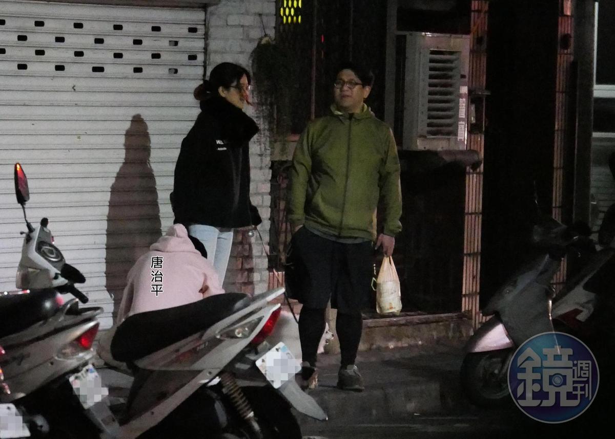 2月17日00:19,狗狗路邊解放後,唐治平(左)蹲下撿狗屎,相當有公德心。